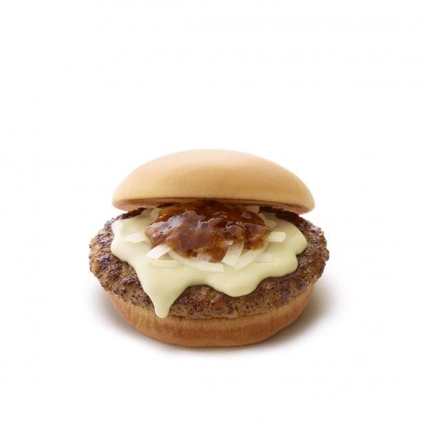 ハンバーグに、国産バター使用のオリジナルチーズ、北海道産ゴーダチーズ、オニオンスライス、醤油ソースの組み合わせが絶妙な定番商品「とびきりハンバーグサンド チーズ」(410円)