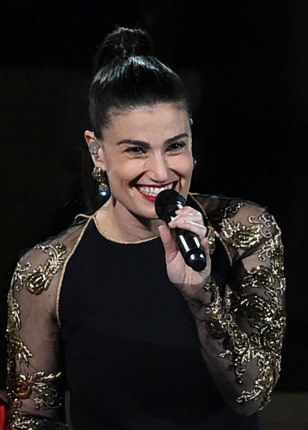 【写真を見る】イディナは『アナ雪』でエルサの声を担当し「Let it Go」を歌った