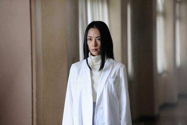 【写真を見る】パラサイトの田宮良子を演じる深津絵里。血の通っていない表情にゾクリ