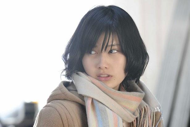 橋本愛が新一の同級生、里美に。勘が鋭く感受性が豊か