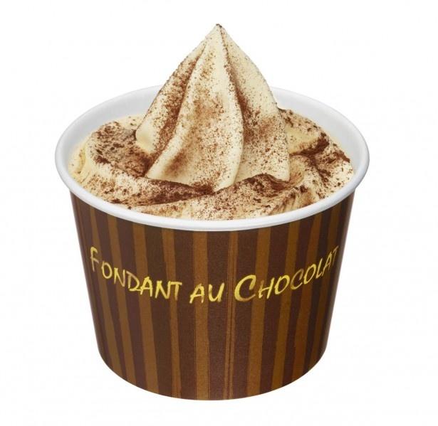 4月にリニューアルし、バニラの風味がより豊かになった「ソフトクリーム バニラ」と、しっとりチョコレートケーキが絶妙!贅沢な味の「フォンダンショコラ」(320円)
