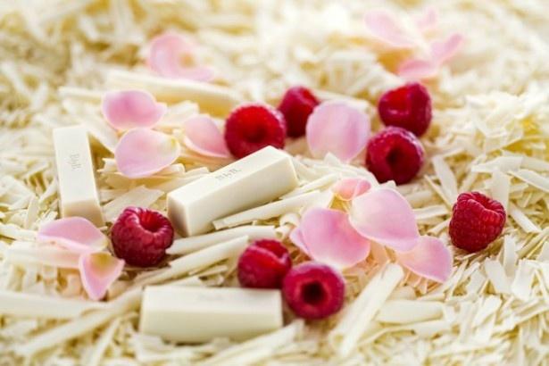 「64 ホワイトチョコレート/ラズベリー/ローズ」は、バラのエレガントな香りをホワイトチョコレートの甘味がやさしく包み込む