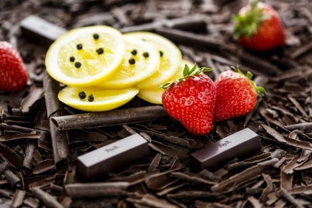 【写真を見る】「25 ダークチョコレート/ストロベリー/ペッパー/レモン」は、爽やかなレモンの風味にコショウがアクセントをプラス。すっきりとした中にも、奥行きを感じる味わいだ