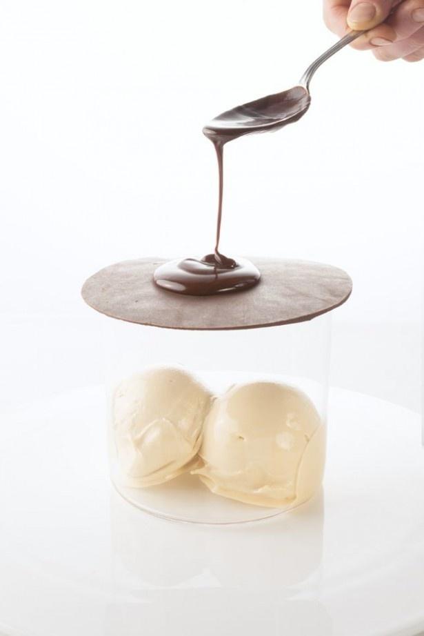 「Babelutte Ice cream」(税抜900円)は、塩キャラメルのアイスクリームを入れた器に薄いチョコレートをかぶせ、ホットチョコレートをかけて食べる新感覚のデザート