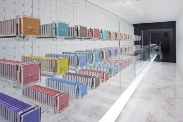 スタイリッシュな雰囲気の店内。中央に設置された透明な引き出しに、全28種類のフレーバーが陳列されている