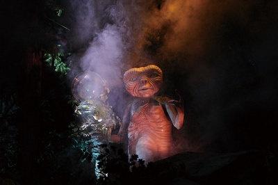 【アトラクション・プレーバック1】E.T.の故郷の星が瀕死の状態に…/夜の森を進んでいくと、E.T.の先生でもあるボタニカスがE.T.の故郷から星の危機を救ってほしいと伝えに来る。ゲストはE.T.と一緒に自転車に乗り、宇宙への冒険の旅に出発!
