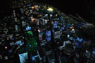 【アトラクション・プレーバック2-1】追手を擦り抜けると 夜景が一面に広がる/NASAの研究者や警察官から逃げきるためにE.T.が自転車を空高く舞い上がらせる。眼下にはキラキラの街並み、夜空にはまたたく星が。あの映画の名シーンをここで体感!