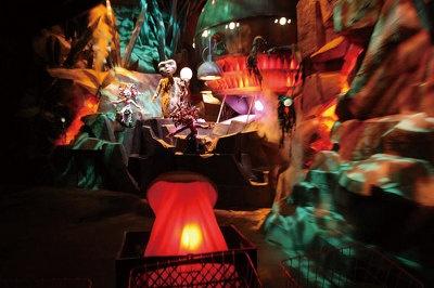 【アトラクション・プレーバック3】グリーンプラネットが無残な姿に…/E.T.が「オウチニデンワー」と話すと光の渦が出現し、いっきにワープ! たどり着いたE.T.の故郷・グリーンプラネットは、熱気に包まれていて今にも消滅してしまいそう…。