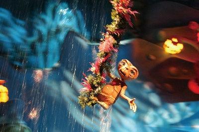 【アトラクション・プレーバック4】E.T.がグリーンプラネットを救う/赤く燃える故郷を救うため、光る人差し指を空に伸ばすE.T.。やがて雨が降り始め、星の温度が下がって緑が戻り花が咲き始める。そして喜ぶ星の仲間たちと、歌とダンスでお祝いだ!