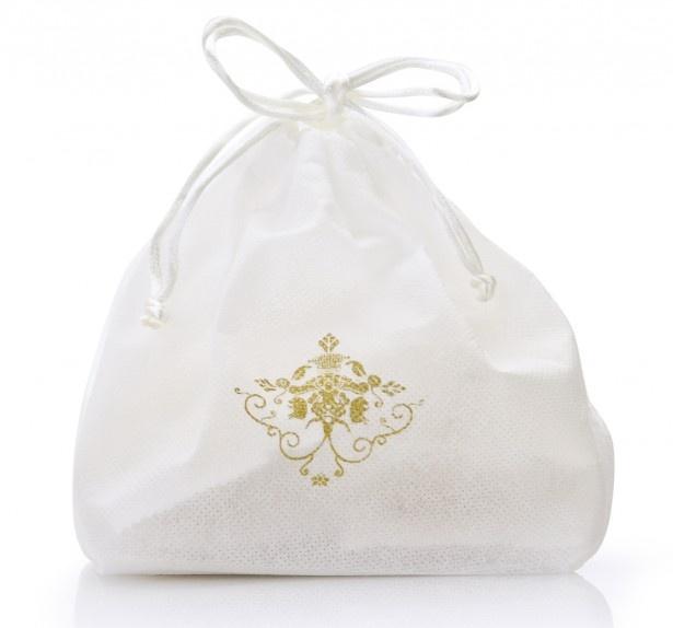 白い巾着袋に入った「黄金ちんすこう」(500円・税別、8個入り)は、お土産にオススメだ