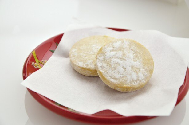 これが知る人ぞ知る沖縄の銘菓「黄金(くがに)ちんすこう」だ!2013年開催の菓子の祭典「第26回全国菓子大博覧会」で金賞を受賞した逸品