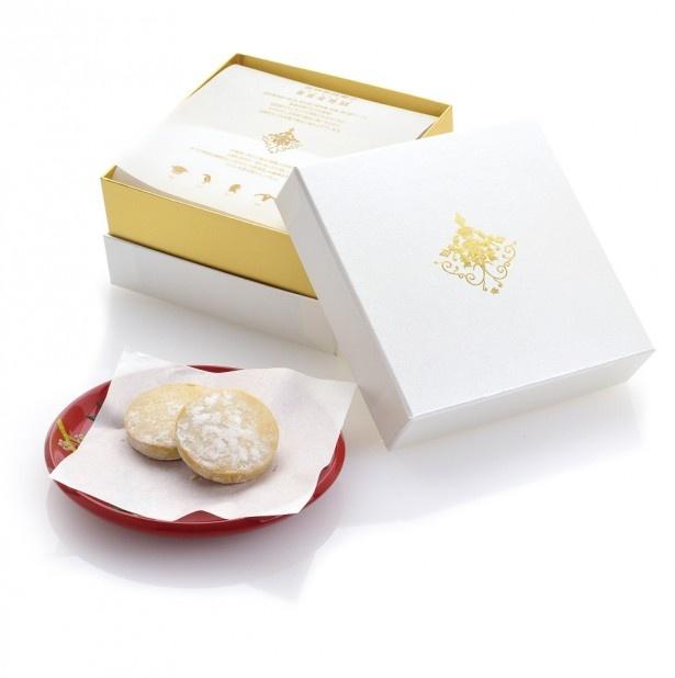 【写真を見る】まるでジュエリーボックスのような高級感あるパッケージの「黄金ちんすこう 琉球エンブレム贈答用(1500円・税別、16個入り)」