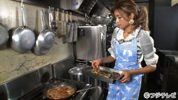 【写真を見る】ローラは手際よくアジを調理していく