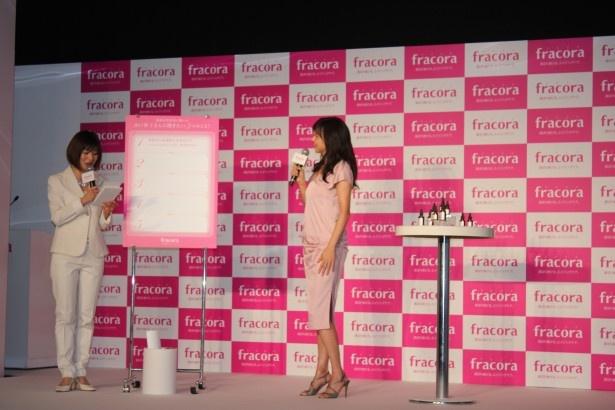 【写真を見る】司会の富永美樹(左)の質問に答える山口智子(右)