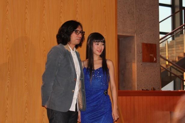 舞台「ブエノスアイレス午前零時」の公開ゲネプロと記者会見に登場した瀧本美織(右)と行定勲監督(左)