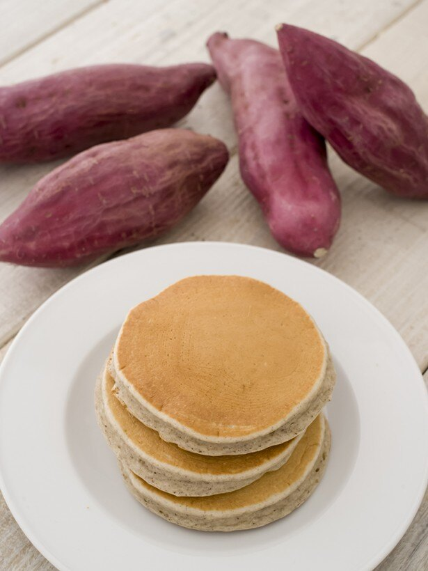 九州産のサツマイモを使用した「九州パンケーキ さつまいも」(470円)。もっちりとした食感のパンケーキが出来上がる