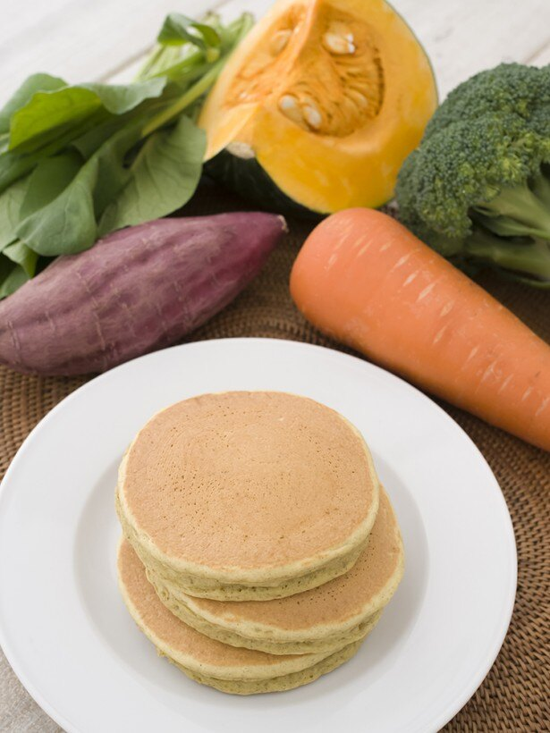【写真を見る】ニンジン、カボチャ、サツマイモ、ブロッコリー、小松菜を使用した「九州パンケーキ ベジタブル」(470円)。野菜嫌いの子どもにおすすめだ