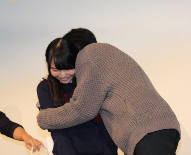 【写真を見る】東出昌大が現役女子高生を抱きしめて、会場からは悲鳴が上がった!