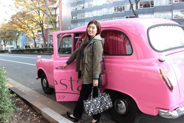【写真を見る】「ピンクのBifesTAXI(ビフェスタクシー)」に乗り込んでおでかけ!