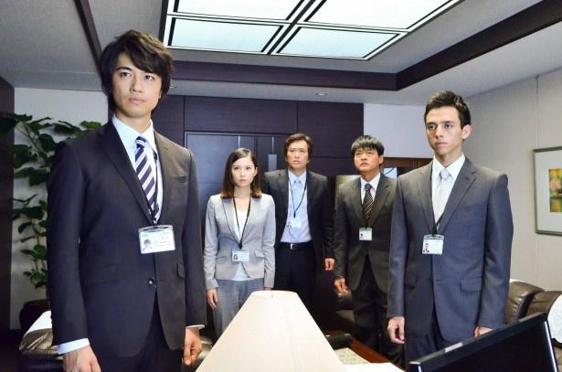 【写真を見る】企業に立ち向かう社員役を斎藤工、満島真之介、市川由衣らが演じる