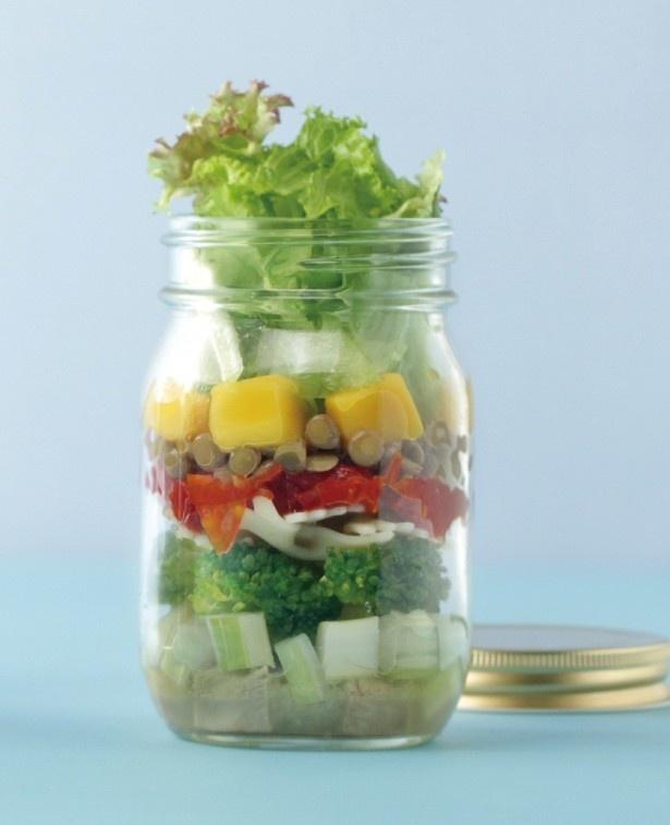 疲労回復に効果的なビタミンB1が取れる「ポークとドライトマトのサラダ」(九州エリア各800円、関東エリア850円)