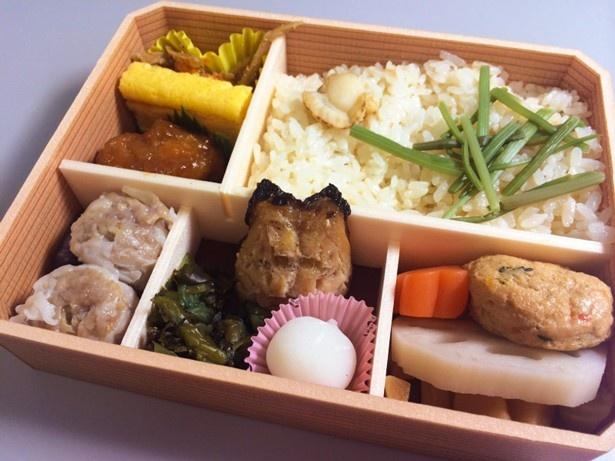 ホタテご飯が入った「おべんとう冬」(680円)は雪のように白い「小粒大福」が冬らしさを演出してます!