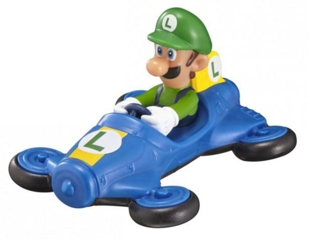 【写真を見る】ブルーのカートに乗ったルイージのおもちゃ