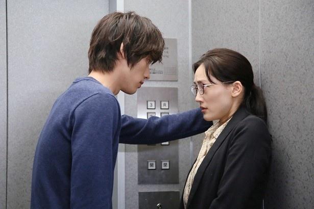 """「きょうは会社休みます。」で、福士蒼汰(左)が綾瀬はるか(右)に今流行中の""""壁ドン""""!"""