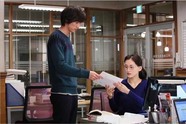 綾瀬演じる花笑と、9歳年下の大学生・田之倉(福士)との恋はハッピーエンドとなるか!?
