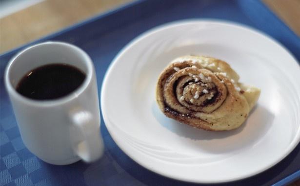 映画『かもめ食堂』では小林聡美演じるサチエが営む食堂として撮影地になったカフェ スオミの人気ナンバーワンメニュー「シナモンロール」