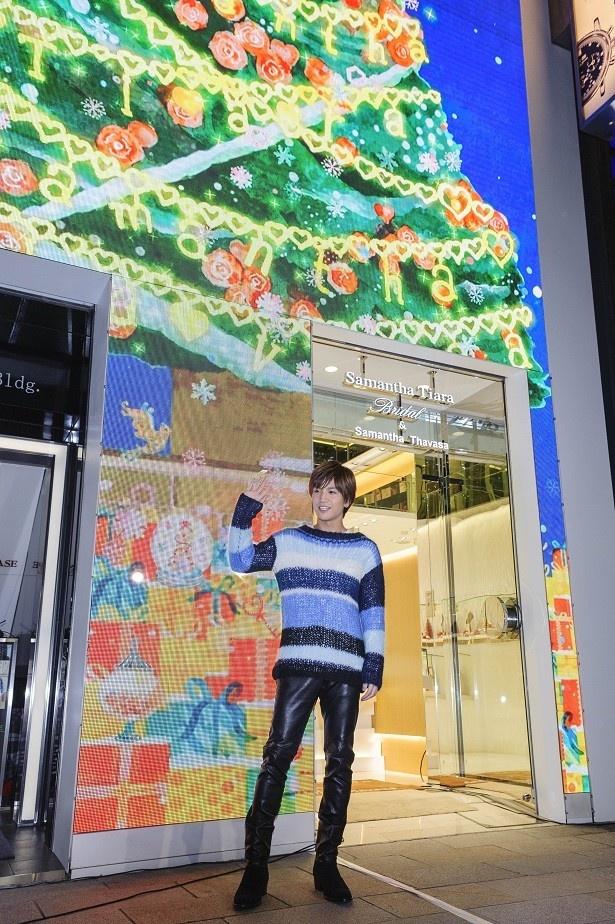 LEDクリスマスツリーを手掛けたのは、注目の若手クリエイター、カトー・フレンド氏。「かわいい!」と岩田も感激!