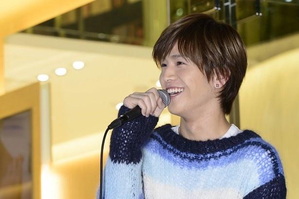 イベント中、とびきりの笑顔を見せる岩田。ファンの興奮はヒートアップ!