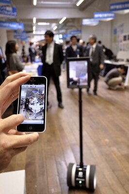 iPhoneで操作するコミュニケーションロボット「Double Robotics」。iPhoneの映像がiPadに表示され、コミュニケーションが取れる