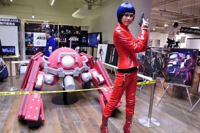「攻殻機動隊ARISE」のブース。ロジコマやパネルを展示。草薙素子のコスプレーヤーさんも