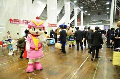 会場で情報セキュリティ啓発活動を行うキャラクターたち。写真は大阪府警のケイちゃん