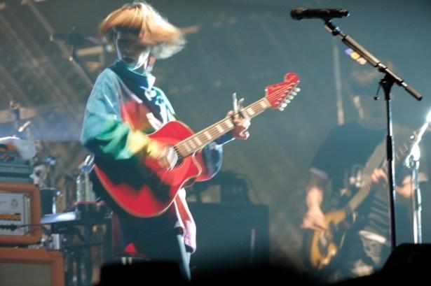 【写真を見る】カエラはギターの演奏も披露!(1日目)