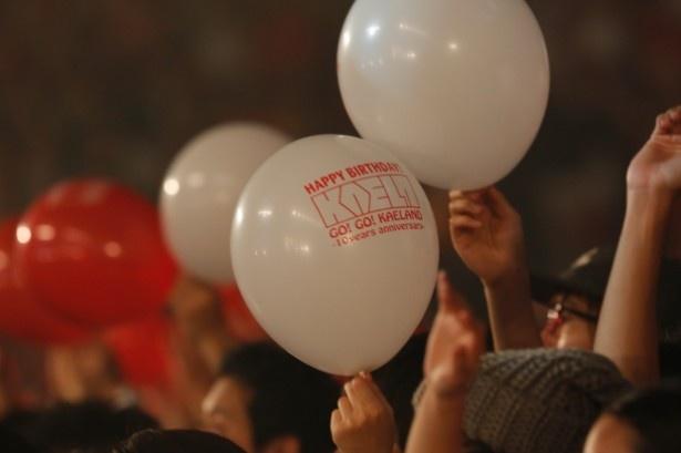 バースデーサプライズでは天井から紅白の風船が(1日目)