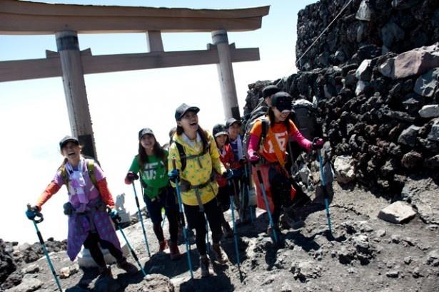 登山中の様子。楽しそうに見えるが、命懸けの挑戦だったよう