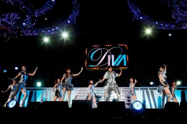 【写真を見る】ライブは最新シングル「DISCOVERY」、「月の裏側」などDIVAらしいダンスナンバーを中心に披露!