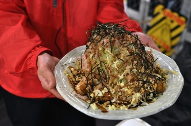 ボリュームがあり、シェアするのにもってこいな「山盛りかきフライ~がんがん亭お好み焼き風~」(1800円)。