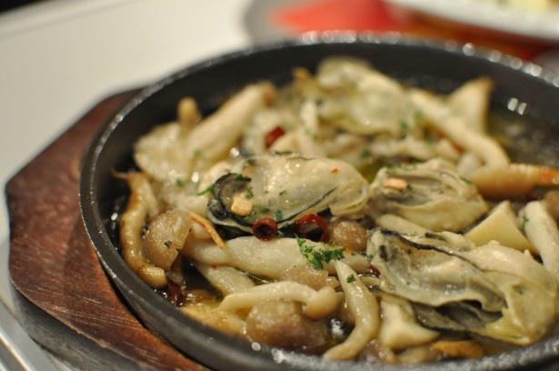 カキとニンニクの相性の良さが分かる「かきのガーリックオイル煮」(700円)。
