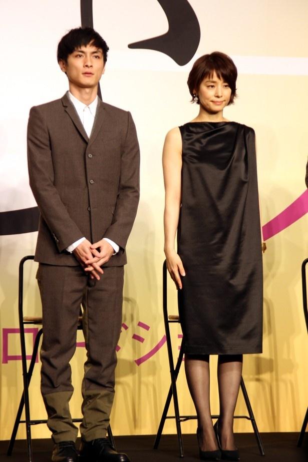 石田ゆり子は黒のシックなワンピースで美脚を披露