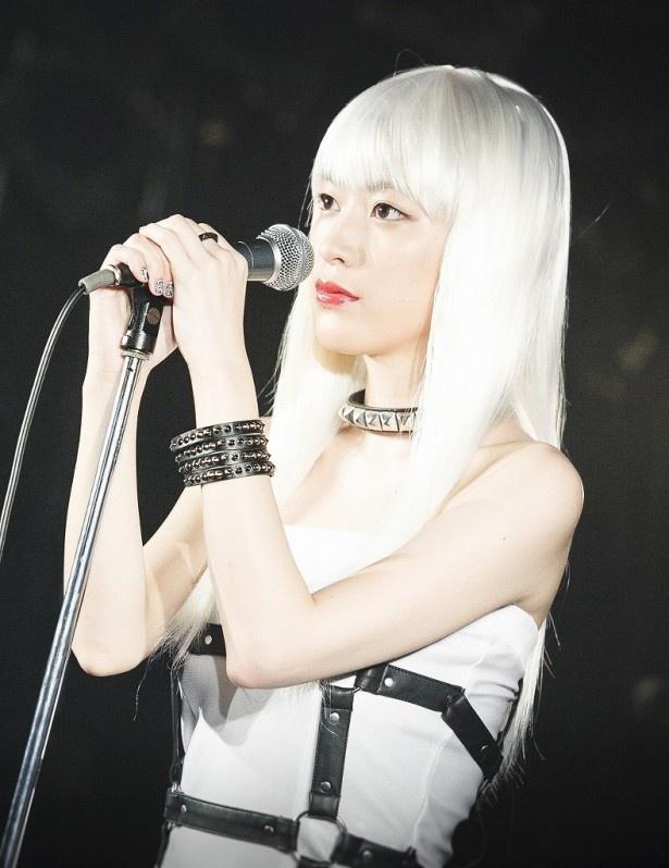 「ドラマ24『怪奇恋愛作戦』」にバンドボーカル・タバサ役で出演し、衝撃の白髮姿を披露した成海璃子