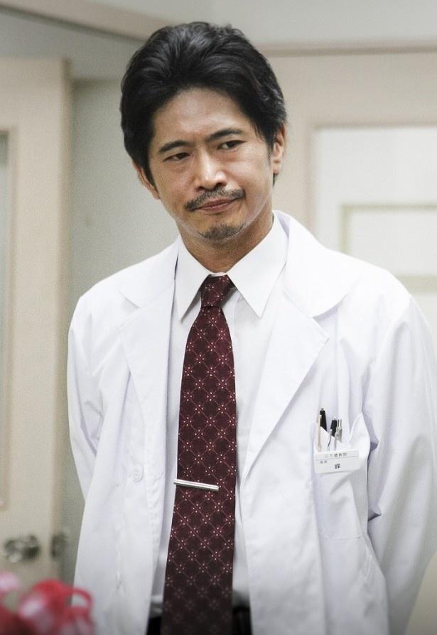 萩原聖人は秋子(坂井真紀)の担当医・蜂医師を演じる