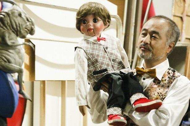 松尾スズキはベテランの腹話術師役