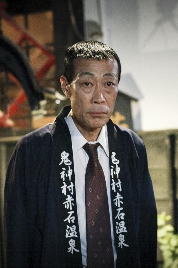 旅館の番頭役の山本龍二