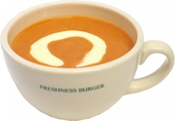 【写真を見る】4種類のスープの中から好きなスープを選べるお得なセット(税抜960円)も販売。写真は、ロブスターとトマトの旨味が凝縮された「ロブスタービスク」(単品税抜350円)