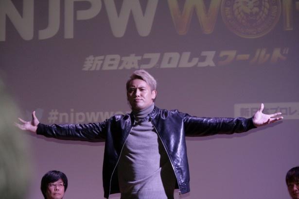 """【写真を見る】オカダ・カズチカ選手は新日本プロレスとテレビ朝日に「金の雨を降らす」と""""レインメーカー""""ポーズで宣言!"""