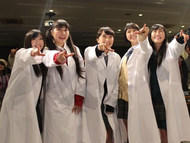 【写真を見る】ももくろが大学講師に!制服姿に白衣を羽織って登場!決めポーズを披露した