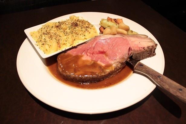 ハードロックカフェの「ローストビーフ」は、まずはその大きさに驚かされる!